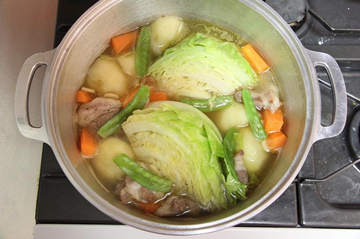 無水鍋は、蓋と本体がかみ合わさる部分に水分の膜をつくることで、内部を密閉状態し、乾物以外は素材の水分だけで調理ができるのが特徴。火の通りが早いため加熱時間が短縮できるのも魅力。鍋一つで煮る・炊く・蒸す・ゆでる・焼く・炒める・揚げる・オーブン調理の8役をこなせるのにも驚きです。