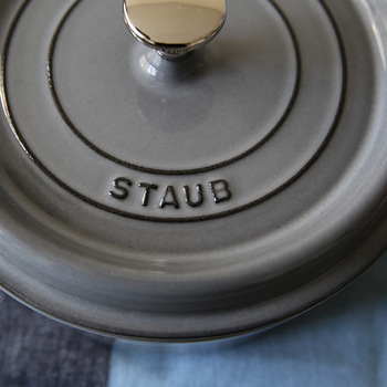 しっかりと厚みのある鋳物ホーロー製なので、鍋全体に熱が伝わりやすいのが特徴。食材にゆっくりと熱が伝わっていくことでうま味をしっかりと引き出します。  重量感のある蓋によって本体との隙間が少ないため、蒸気を逃しにくく圧力鍋のようにうま味を凝縮させるのも美味しく仕上がる秘密。  煮物や炊飯、焼き物、揚げ物、オーブン料理はもちろん、ダッチオーブンとしても使えるため、アウトドアシーンでも役立つアイテムです。