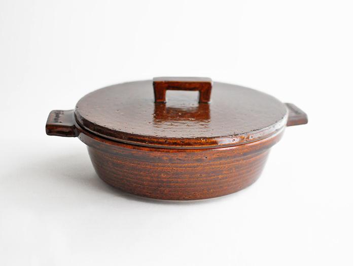 伊賀焼窯元 長谷園は約180年もの歴史のある窯元で、伝統を守りながらも時代とともに進化するライフスタイルに合わせた製品を生産しています。こちらの「ビストロ土鍋」は、これまでの概念にとらわれずデザインも機能性も新しい土鍋です。