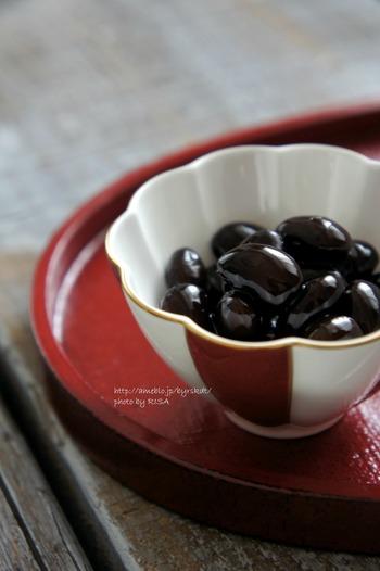 すこしだけおせちをつくってみるなら、黒豆がおすすめ。市販のもののように甘すぎることなく、しっとりとして艶やかな黒豆ができたら、翌年もつくってみたい気持ちがアップしますよ。