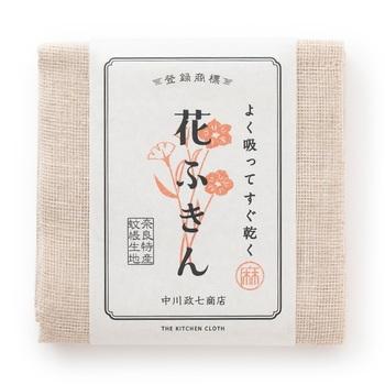 「花ふきん」は奈良の特産品である蚊帳生地を使用したふきんです。約58cm✕58cmと一般的なフキンよりも大きめですが、目の粗い蚊帳生地で2枚仕立てにすることで速乾性も抜群。たたんで使うことで吸水性にも優れ、広げれば乾きやすく清潔に使えます。