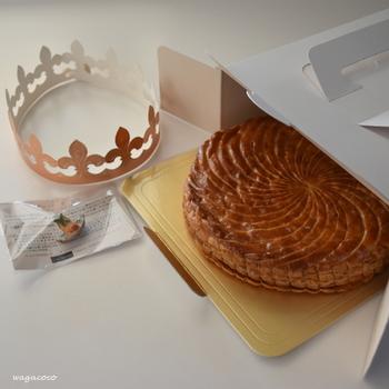 フランスの新年のお祝いに欠かせないお菓子は、ガレット・デ・ロワ。フェーブとよばれる小さな陶器をお菓子に隠し、切り分けたガレット・デ・ロワからフェーブが出てきた人は女王になれるというものです。たまには、フランス風の新年のお祝いも素敵です。