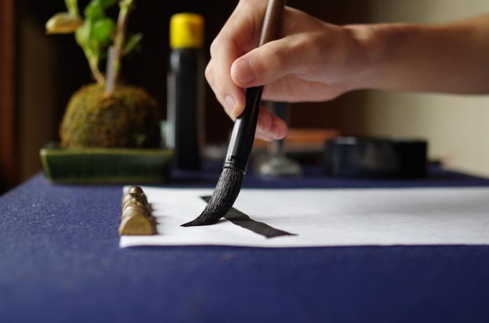 書き初めは子どもの冬休みの宿題だけではありません。大人も新年の想いを込めて、丁寧に筆を走らせることで気持ちの良い一年のスタートなりますよ!