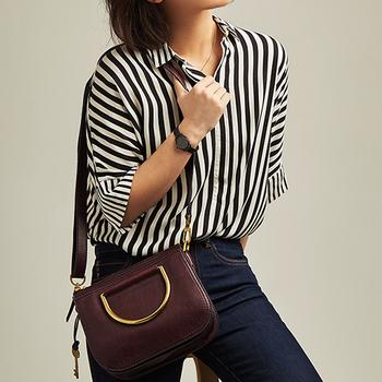 FOSSIL定番のサッチェルバッグ『RYDER(ライダー)』のミニサイズは、今シーズン、デザインをアップデート。これまでのレザーハンドルを金属に変えて、モダンな印象になっています。ゴールドとフィグの組み合わせが華やかで、都会的な大人の女性が颯爽と持ち歩くのにぴったりのイメージ。