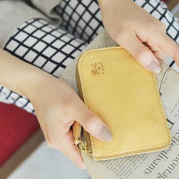 新年のバーゲンで安くなるものの中で、お財布は特に目玉商品。その年のイメージカラーに新調すると運気まで上がりそうです。