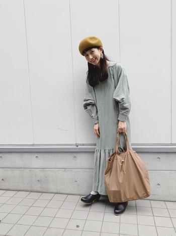 グレーや黒、ネイビーなどのベーシックカラーのお洋服と相性がよい色味のベレー帽は意外に重宝します。例えばマスタードイエローもそのひとつ。顔色も綺麗に見えますし、チェックやボーダー、水玉などの柄物と合わせるとレトロかわいい雰囲気になっておすすめです。