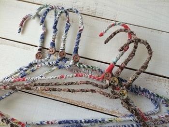 100円ショップの針金ハンガーに、布を巻き付けて作るハンガー。見た目もかわいくて、もらってうれしいプレゼントに。