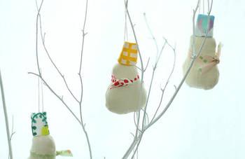 クリスマスが過ぎても楽しめる雪だるまのオーナメント。ツリーに飾ったり、紐を長めにしてドアに掛けたり。 土台が白なので、どんな色柄のハギレでもかわいく作れますね。