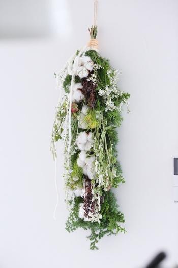 様々な植物とコットンフラワーを組み合わせた、ナチュラルな雰囲気の素敵なコットンガーランド。「白×グリーン」の爽やかな配色が印象的ですね。シンプルでナチュラルな2色の組合せは、落ち着いた大人の空間を演出したい時にもおすすめです。