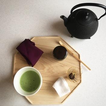 自己流でもいいので、静かにお茶を点てる時間をつくってみましょう。家族で向き合って、じっくりとお抹茶をいただくと凛とした空気が流れるのを感じられますよ。