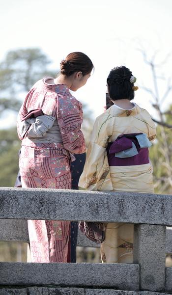 来年の初詣には着物を着ておでかけしてみるのはいかがですか?着物は着るとそれだけで気持ちがしゃんとするものです。着る機会があまりない人は、お正月という理由付けで着てみると、もっともっと着てみたいと思うようになりますよ。
