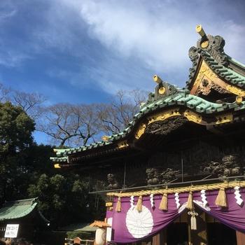 実は初詣はいくつもの神社に行ってもよいとされているのをご存知ですか?日本には八百万の神という言葉とともに、たくさんの神様がいるという信仰が一般的であるため、複数の神社巡りをしても大丈夫なんですよ! ただし、一番最初にお参りするのは氏神様。昨年のご加護への感謝を忘れず、新年の無事をお祈りしましょう。