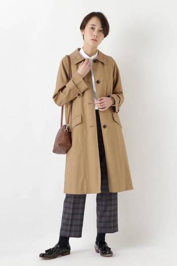 これからの季節にひとつ欲しいのは、さらりと軽やかな『ステンカラーコート』。取り外しのできる黒の付け襟を付ければ、また違った表情が。ウールライナー付きなので、秋口から寒い冬まで長く着ることのできる一枚です。