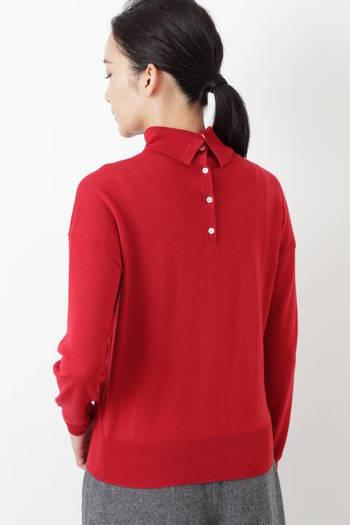 さらりと柔らかな『タートルネックプルオーバー』。背面のボタンを外して着ることで、なんと4通りの違った表情を見せてくれるデザイン。