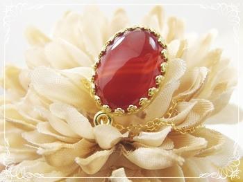 赤瑪瑙の発見は古く、石器を作る際に原石を熱処理する過程で偶然赤く発色するものが発見されたのが始まりと言われています。血液の赤をイメージさせることから、生命力を高めて長寿、健康をもたらすほか、特に子宝のお守りとして世界各国の女性が身につけてきた石です。