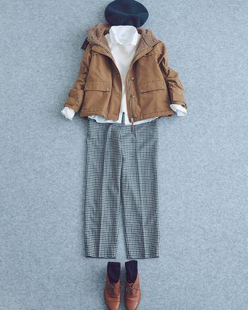ボアつきジャケットとグレンチェックのパンツの、イギリスの伝統を感じさせるコーディネート。メンズライクなアイテムも合わせ方によって、こんなにかわいらしくまとめることができるんですね。