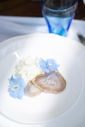 瑪瑙のスライスはインテリアとして飾っても綺麗ですが、アイデア次第でいろいろな使い方ができます。こちらはウェディングに使う席札。優美なモダンカリグラフィーがお洒落で、ゲストに持ち帰っていただいても良いお土産になりそうですね。 長い年月をかけて生成された瑪瑙は、末永い幸せを誓う結婚式にもぴったりのアイテムです。