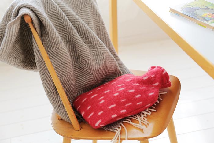こちらは樹脂素材を使用した、柔らかタイプの湯たんぽです。ヨーロッパ安全基準をクリアしている、ドイツの「fashy(ファシー)社」製なので、水漏れが心配な人にも安心です。カバーは100%ウールで、触り心地ばつぐん。夏には冷たい水枕として使うことができますよ。
