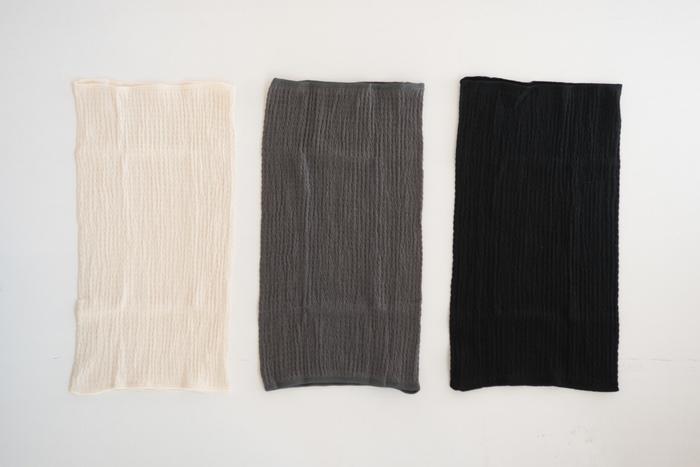 シルクとコットンを贅沢に使った、肌ざわりなめらかなはらまきです。長めのサイズなので、折って使うのも◎。毛玉ができにくい上質な素材で、長く使うことができます。通年着られるタイプなので、冷房冷えの気になる夏場にもおすすめです。