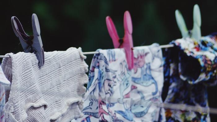 自然繊維を使用したはらまきは、長持ちさせるために、できれば手洗いで洗濯するのがおすすめです。シルクは乾きやすい素材なので、サッと水気を絞って干しておけばOK。綿の場合は、短い時間だけ洗濯機の脱水機能を使うといいそうです。水気を切ったら、日の当たらないところに陰干ししましょう。