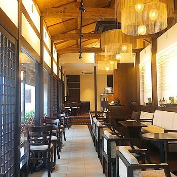 蔵造りの街並みから一本入った静かな通りに佇む、HATSUNEYA GARDENのカフェは、和モダンでおしゃれな雰囲気。ゆったりと休むのにぴったりな空間です。