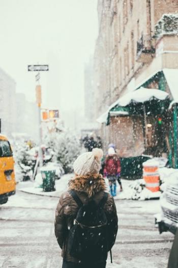 寒い季節のお出かけでも、はらまきを着けていると不思議なほど温かく過ごすことができます。アウターに響きにくい薄手のはらまきを選んで、就寝時だけでなく、いつでも着けて過ごしてみましょう。