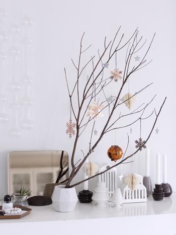 これからのホリデーシーズンにおすすめの、「枝もの」をツリーに見立てる飾り方はいかがでしょう。春夏に楽しんだ枝ものを使ってもいいですし、庭木や街路樹を剪定したものを分けてもらうのもいいですね。大きなツリーを置く場所がなくても、少しのスペースでツリーを楽しむことができます。