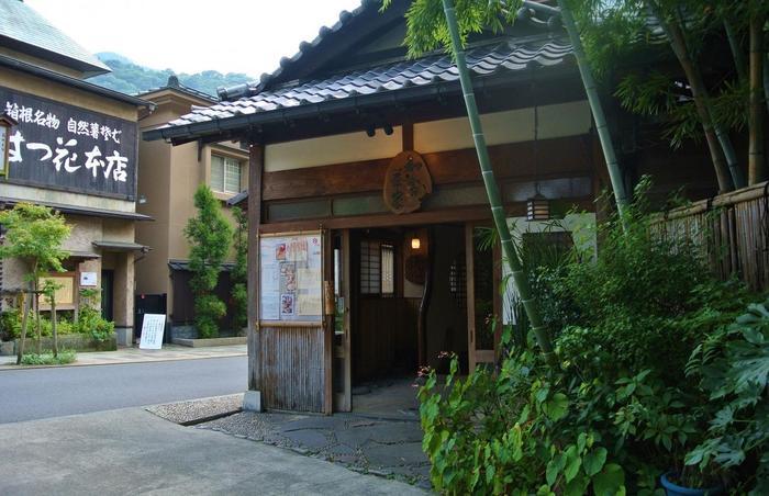 「知客茶家」は、先に紹介した「萩野豆腐店」の豆腐と山芋を使った料理が味わえる懐石料理店です。湯本橋をわたった風情ある街並みの一角に店があります。【かつて別荘、温泉宿として使われていた木造三階建ての「知客茶家」】