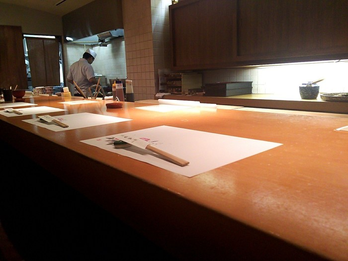 こちらも北新地駅から徒歩すぐの第1三好ビルにある和食店。焼き魚や煮魚などの定食もありますが、おすすめは旬の天ぷら15種が食べられる天婦羅定食です。