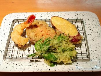 薄い衣と絶妙な揚げ具合の揚げたての天ぷらは絶品!4回に分けていただきます◎