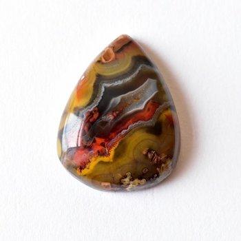 鉱物は大地の中で長く過ごす間、外側の形だけを残して中身が別の鉱物に置き換わることがあります。この現象を「仮晶」と言い、中でも瑪瑙は仮晶が起こりやすい石です。仮晶アゲートとなった瑪瑙は、もともとの結晶の中に別の結晶が生まれるため、構造は多層的でとても複雑。その不思議な立体感は、まるで手の中の小さな洞窟を覗き込むような魅力を放ちます。
