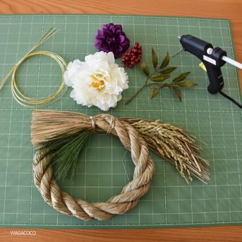 しめ飾りを自分好みに飾り付けるのもまた一つの楽しみ方。 材料は手に入りやすい簡単なものでOK!編まれたしめ縄を準備して作りはじめましょう。
