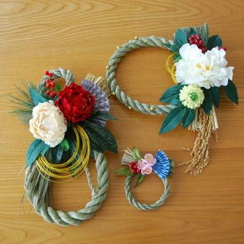 稲穂や大きな造花が付いた、華やかでゴージャスなしめ飾り。