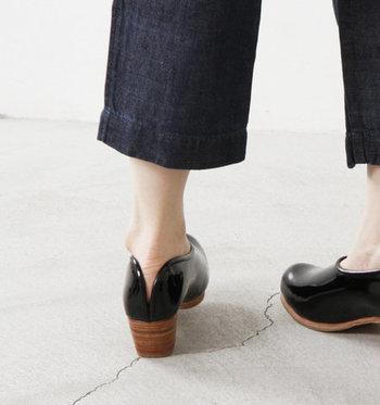 エナメルシューズは、他の靴でにはないツヤがあるので、キラキラと輝く足元を演出することができます。艶やかな輝きは、履くだけで気分が軽くなる不思議な魅力に溢れていますね。