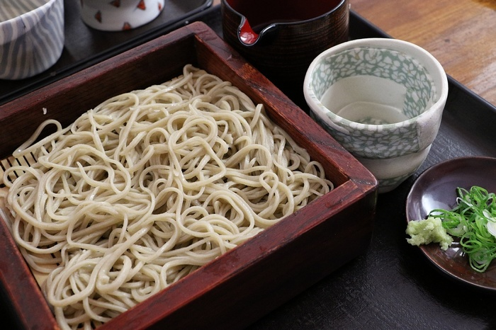 富士山の伏流水で仕込む蕎麦は、コシが強く美味しいと評判。「竹やぶ」の蕎麦は、寒暖差激しく、美味しい蕎麦が出来ることでよく知られている黒姫高原の契約農家で収穫された蕎麦を用いています。【画像は『せいろそば』】