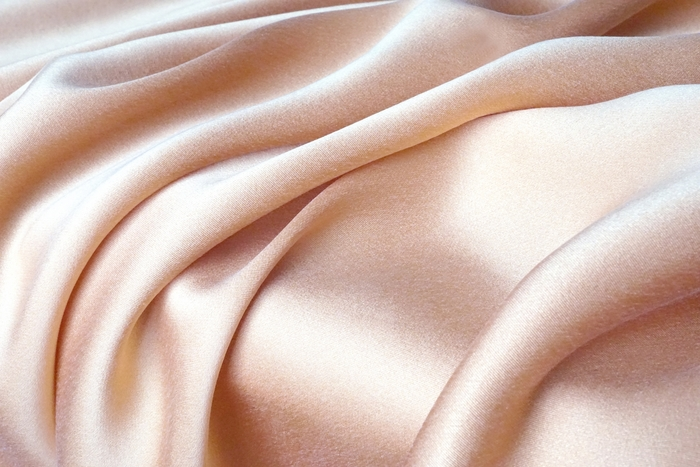 革やファーといった、動物の「殺傷」を想起させる素材は避けます。光沢のある生地やビーズなど、品のよいエレガントな素材を選んで。