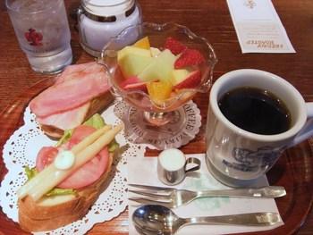 他の店舗では、朝食のメニューも提供されており、『フルーツセット』と『サラダセット』の2つから選べます。ゆっくりした朝時間に訪れてみてくださいね。