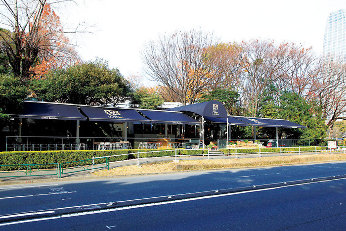 三田線御成門駅から徒歩1分。東京タワーが見える芝公園に『ル・パン・コティディアン芝公園店』はあります。テラス席もあり、外の空気を感じながら、清々しい朝食をいただけます。