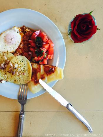 こちらは、2018年10月と11月のスペシャルメニュー、モロッコの朝ごはんです。四角いクレープと、穴の開いたパンケーキはモロッコの代表的な料理です。