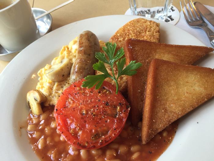 レギュラーメニューのイギリスの朝ごはん。トーストやたまごがたっぷりとのった、フルブレックファストです。