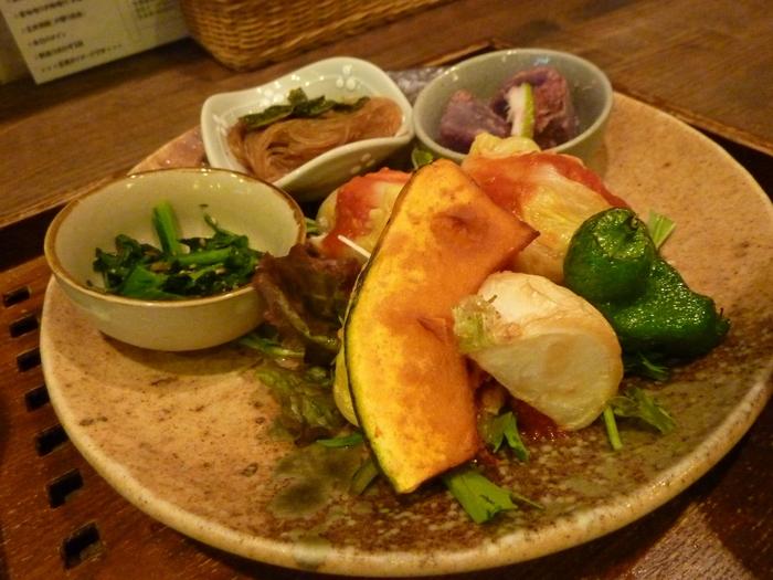 野菜たっぷりのプレートに、お味噌汁と玄米ご飯はおかわり自由。39品目の健康定食は15時以降も17時まで食べられます。