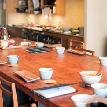 朝食は朝8時から9時まで。和のテイストを取り入れつつ、リラックスして過ごせる大きなテーブル席です。