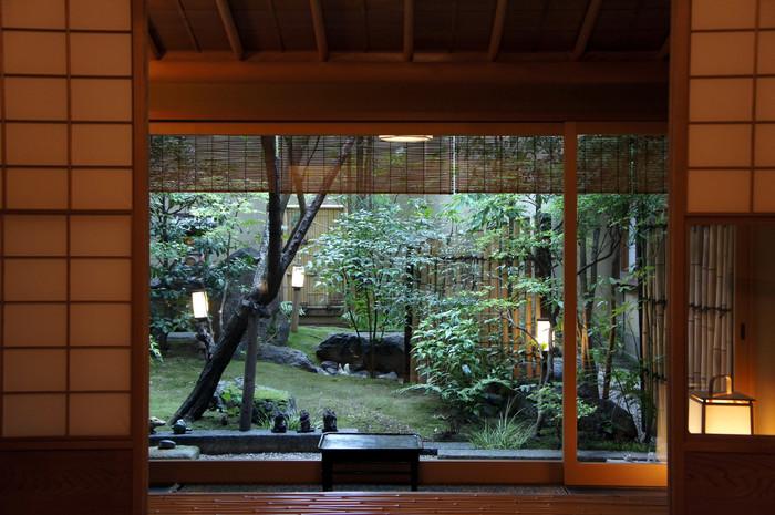 朝食は、宿泊するお部屋でも、テーブル席の個室でもいただくことができます。窓からお庭を眺めながらゆっくりと過ごす朝。一度は味わってみたい時間です。