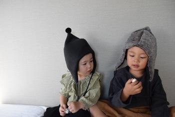 小さな頭を守る「キッズ帽子」です。厚着が苦手な子が多いですが、帽子ならかぶるだけで済むのがいいですよね。  そんな「キッズ帽子」ですが、実はとってもデザイン豊富。おとぎ話の小人のようになったような「どんぐり帽子」や、「動物の耳付き帽子」、「ベレー帽」、「パイロット帽」など・・・。眺めるだけでもワクワクしますよ♪