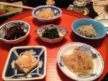 朝食は、錦市場で仕入れた食材を使った京のおばんざいです。朝にぴったりの、やさしい味付けです。