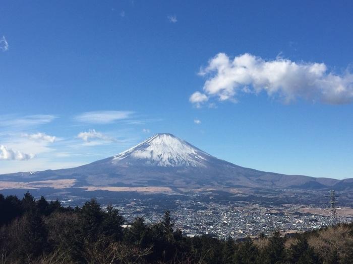御殿場市と箱根町の境に位置する「乙女峠」は、富士山の眺望が素晴らしい景勝地として有名です。富士見三峠の一つに数えられ、多くの人がその雄大な景色に足を止める絶景のビュースポットです。【「乙女峠 ふじみ茶屋」の店前に広がる富士の絶景】