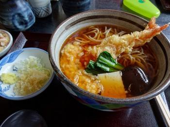 うどんの食味を楽しむなら、せいろが一番ですが、寒い季節なら、生姜がたっぷり添えられた温かい『絹引天ぷら生姜うどん』がおすすめです。