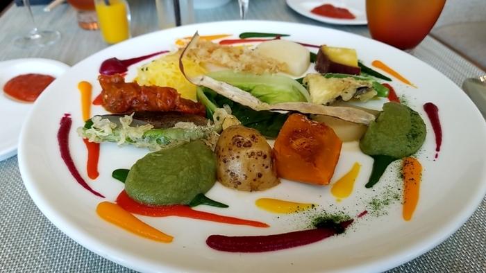 メインは、魚介類・肉・野菜から選べます。20種類以上の野菜を使ったスペシャリテ「野菜の遊園地」は各コース共通。