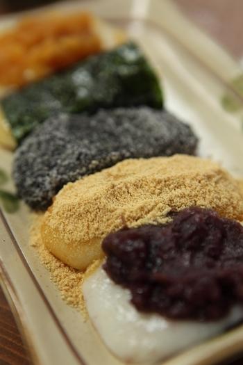 「龍神水」で炊き上げ、搗いた餅は、餅米の旨味と甘みが感じられ、柔らかです。  小豆餡・黄な粉・胡麻・磯辺(海苔)・大根おろしと5種の味があり、個数も種類も選べますが、せっかく参ったのなら、全て味わえる『五色もち』を頂いてみましょう。  一つ一つが程良い大きさなので、するりとお腹におさまります。お土産にもオススメの元箱根の逸品です。