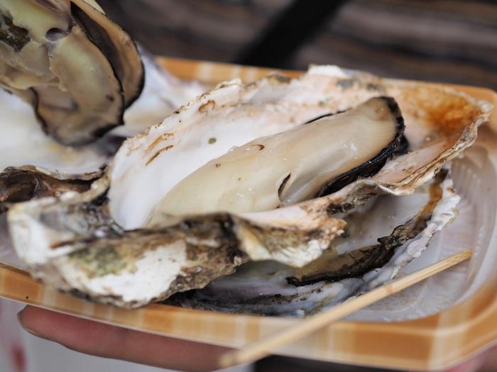 広島は、2018年現在、全国生産量の半数以上を占める国内最大の牡蠣の産地です。その養殖の歴史は、400年にも及ぶとか。大きな川が注ぐ瀬戸内海は、栄養豊富で大きな牡蠣が育つそうです。種類はマガキで、濃厚でジューシーな味わいが特徴。